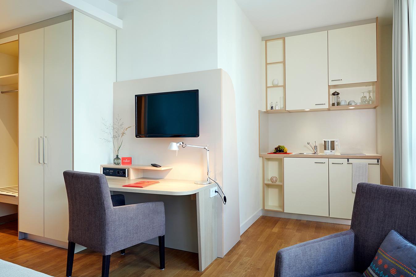 FLOTTWELL BERLIN Hotel - Schreibtisch und Kitchenette