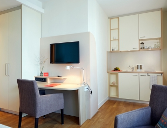 FLOTTWELL BERLIN Hotel - Desk and Kitchenette