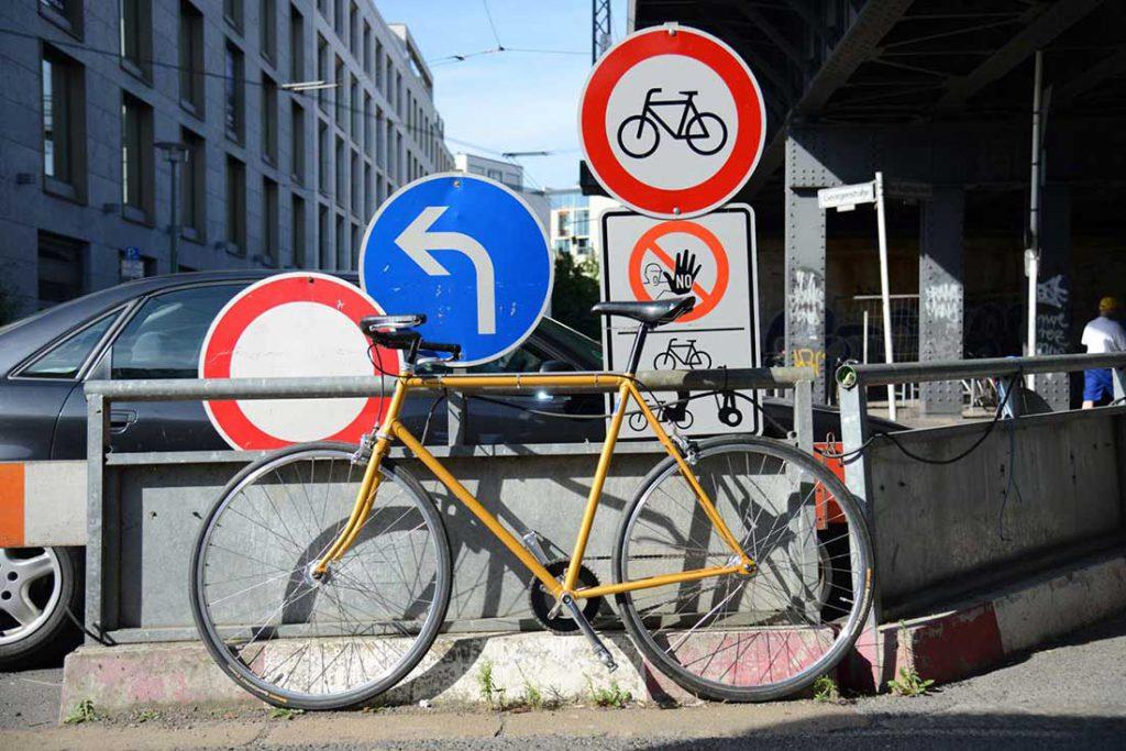 FLOTTWELL BERLIN Hotel - Fahrradstadt Berlin - Schilder auf der Friedrichstraße