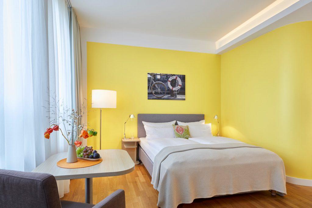 FLOTTWELL BERLIN Hotel - Gelbes Zimmer mit Sitzecke