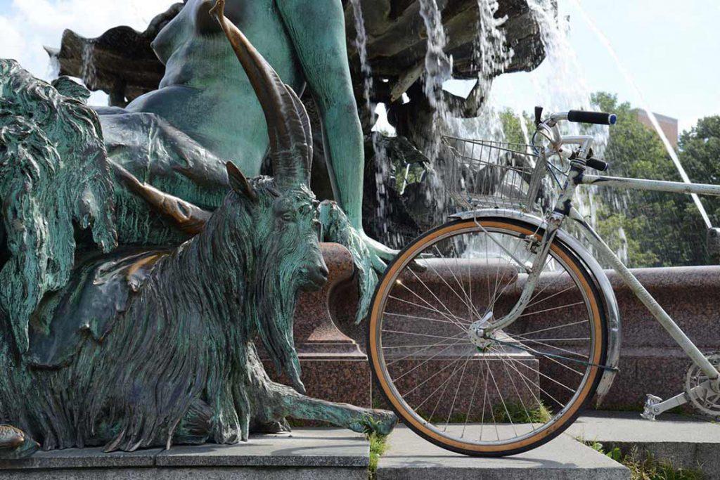 FLOTTWELL BERLIN Hotel - Fahrradstadt Berlin - Neptunbrunnen vorm Roten Rathaus