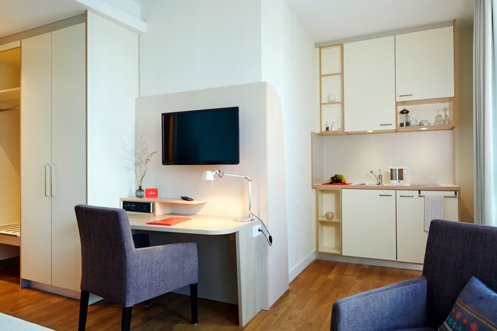 FLOTTWELL BERLIN Hotel - Zimmer - Arbeitsplatz